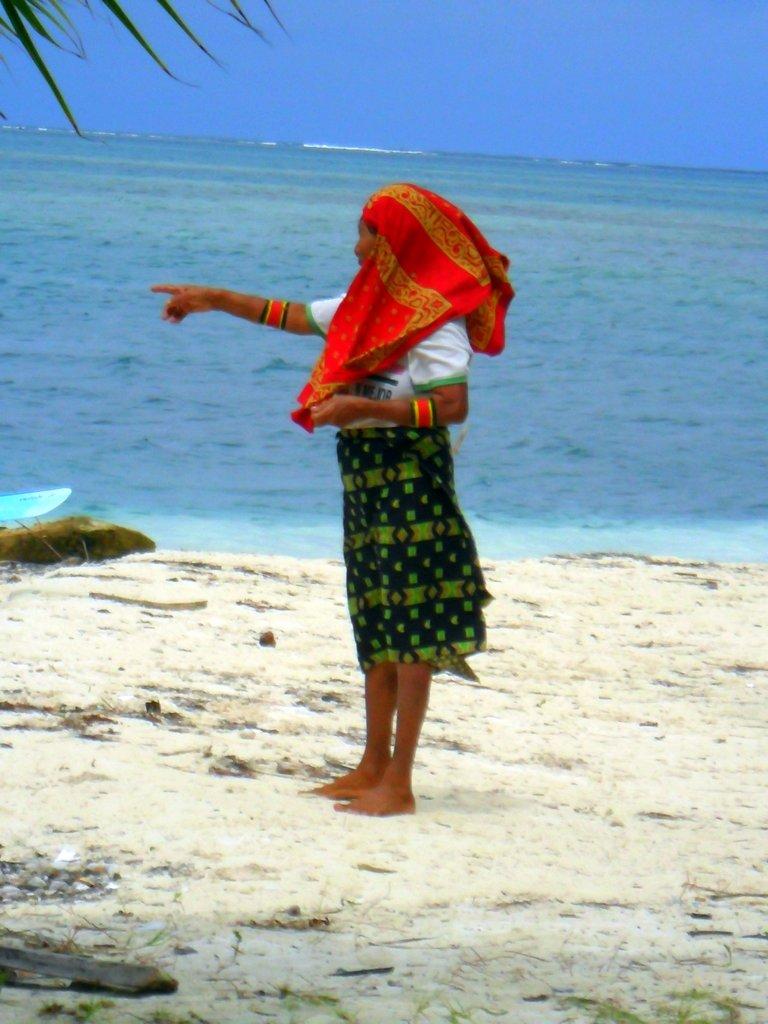 indigena Kuna in abiti tradizionali nelle isole San Blas a Panama