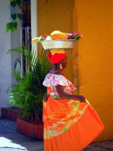 donna colombiana in abiti tradizionali a Cartagena de Indias in Colombia